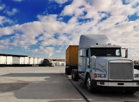 Camion lourd de marchandises partant du quai de chargement Banque d'images - 2802579
