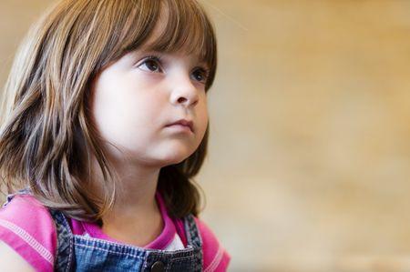 ni�os pensando: Ni�o busca en maestro, escuchando con inter�s y curiosidad.