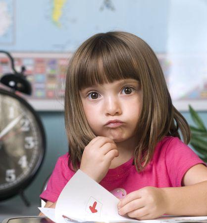 salle classe: Du jeune enfant avec perplexe Rechercher sur le visage en salle de classe � l'�cole