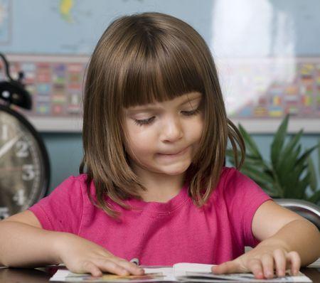 trabajando duro: Los ni�os peque�os que trabajan arduamente en la escuela