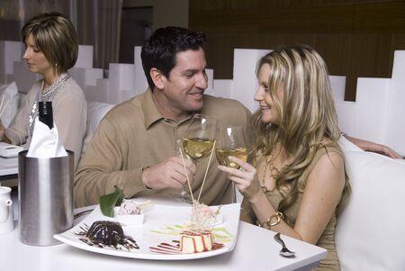 Attraktive junge Paar genießen Dessert in einem Restaurant Standard-Bild - 4204849