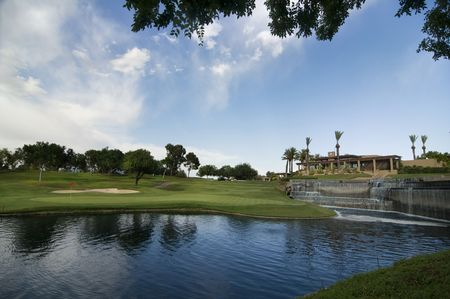 az: Beatiful golf course with water hazar green and clubhouse