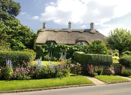 Mooi landelijk huisje met rieten dak in de Cotsworld platteland van Engeland