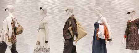 Fashion mannequins in venster Stockfoto