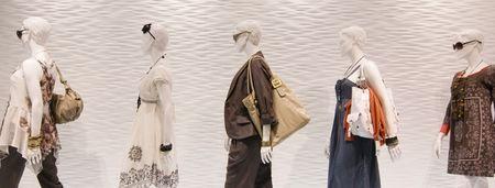 mannequin: Moda manichini nella finestra Archivio Fotografico