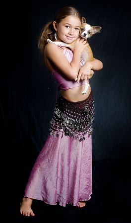 traje mexicano: Bastante linda niña explotación Chihuahua perro de mascota Foto de archivo
