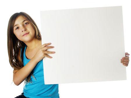ni�os sosteniendo un cartel: Linda chica con un cartel en blanco
