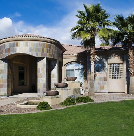 millonario: Hermoso nuevo hogar con palma �rboles con�feros y azul cielo Foto de archivo