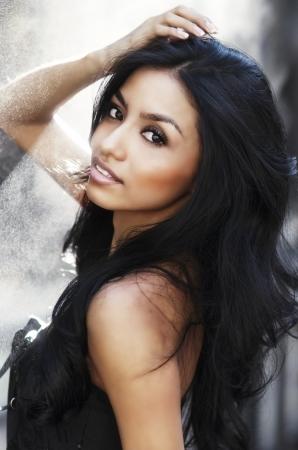cabello negro: Cara hermosa de la mujer joven atractiva Foto de archivo