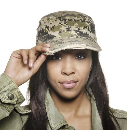 salut: Attraktiv ung kvinna som bär militär mössa
