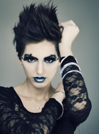 短いスタイリッシュな髪と美しいファッション モデル 写真素材