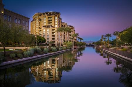 アリゾナ州スコッツデール、アリゾナ州、米国は日没で運河