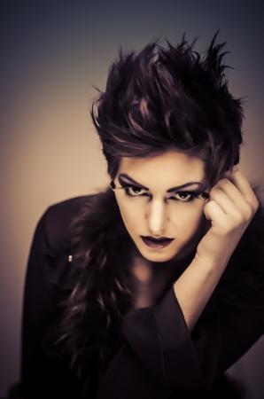 gothique: Beau mod�le de mode avec des cheveux courts et maquillage sauvage Banque d'images
