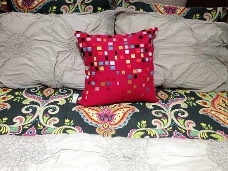 寝具のスタイリッシュなベッドルームのインテリア