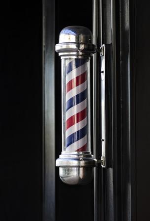 barbero: Hombre de pelo barbero de escaparates tradicional polo signo helicoidal franja exterior Foto de archivo