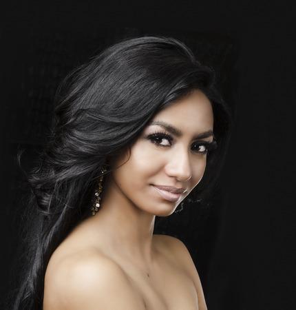 lang haar: Mooie exotische jonge vrouw