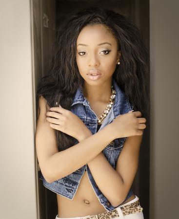 Aantrekkelijke Afro-Amerikaanse jonge vrouw