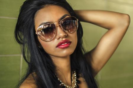 Beautiful young woman wearing sunglasses 스톡 콘텐츠