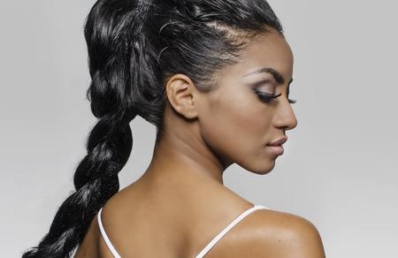 cabello largo y hermoso: Perfil lateral del pelo trenzado ex�tica mujer joven