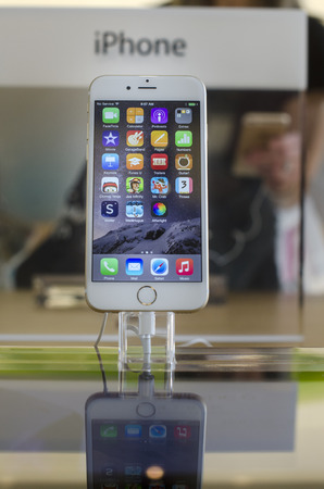 display retina: Scottsdale,AZ,USA -Sep, 19th, 2014 Apple Store, New iPhone 6 Plus 5.5 inch retina HD Display available for sale and on display phablet