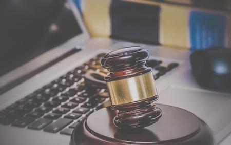 ley: Derecho legal concepto foto de martillo en el ordenador con los libros legales de fondo.