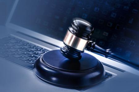 Wet juridisch concept foto van een hamer op een computer