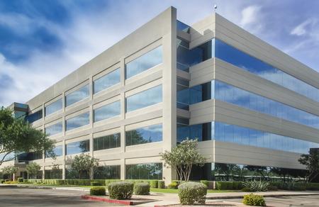 ufficio aziendale: Moderno edificio per uffici bel cielo