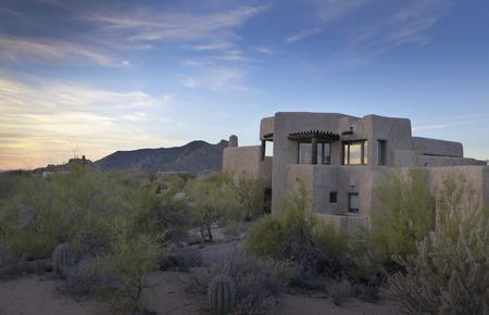 Bergen woestijnlandschap en Zuidwest-huis