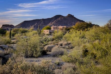 woestijn berglandschap en Zuidwest-huis