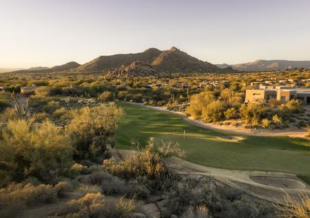 Woestijn golfbaan bij zonsondergang