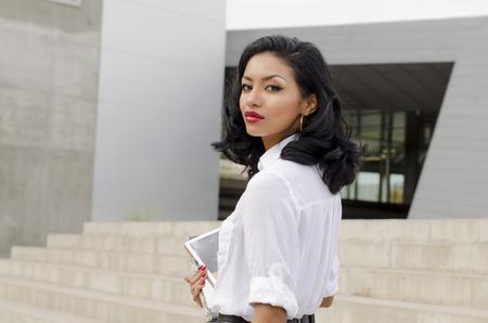 mannequin africain: Belle jeune femme � la recherche de son c�t�