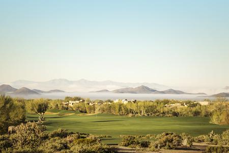 ave fenix: Scottsdale, Phoenix zona del campo de golf con espectacular inusual niebla baja altitud en picos de las monta�as en la distancia por debajo