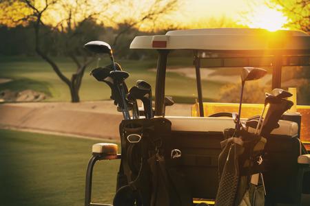 planificacion: Carro de golf - campo de oro con vistas hermosa puesta de sol Foto de archivo