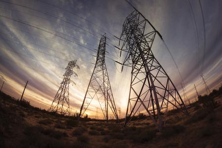 torres el�ctricas: Torres de energ�a de electricidad al atardecer