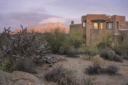 Desert xeriscape ontwerp nieuw huis berg achtergrond, Arizona, Verenigde Staten Stockfoto