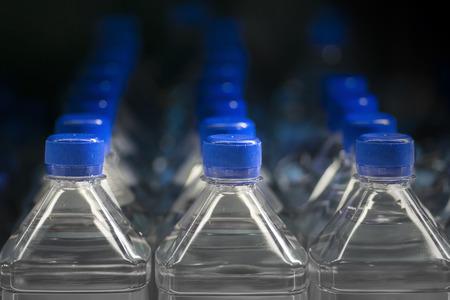 agua purificada: Botellas de pl�stico de agua Foto de archivo