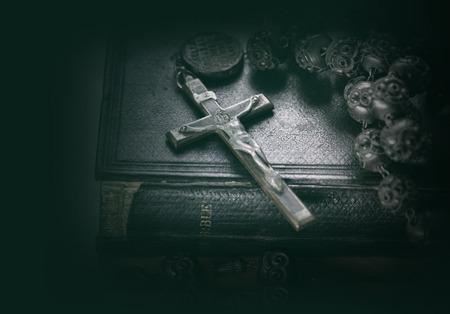 cruz religiosa: Biblia cruz crucifijo Foto de archivo