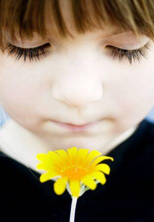 ojos tristes: Pequeña flor niña de la celebración dulce Foto de archivo