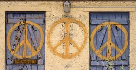 simbolo della pace: Segno di pace ripetuto simbolo su edificio abbandonato