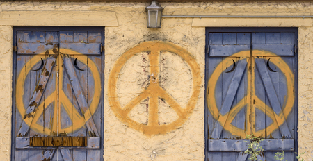 simbolo paz: Signo de la paz repetida símbolo en edificio abandonado