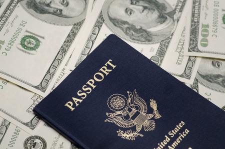 Pasaporte de los EEUU y la pila de dinero dólar Foto de archivo - 43738126