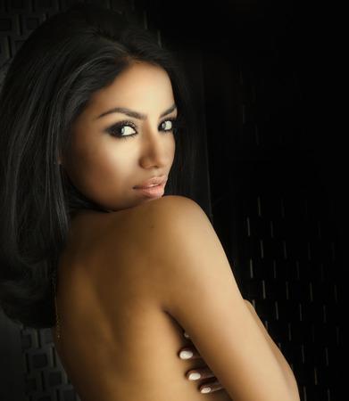 mujer sexy desnuda: Joven y bella mujer exótica
