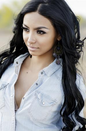 pelo largo: Hermosa mujer exótica