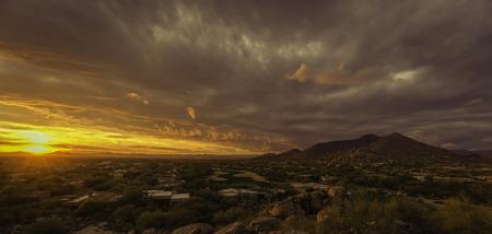Gouden zonsondergang over Noord-Scottsdale, Arizona.