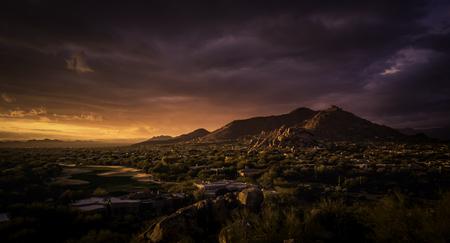 la puesta del sol de oro sobre el norte de Scottsdale, Arizona. Foto de archivo