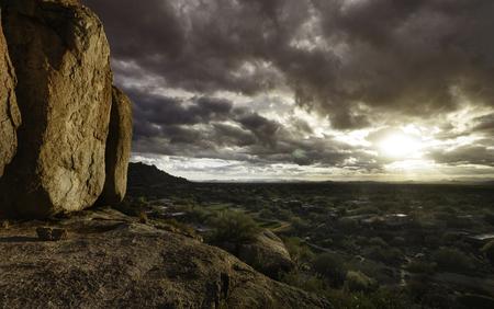 ave fenix: opini�n del paisaje de Arizona de cantos rodados en el norte de Scottsdale se enfrenta al oeste de Phoenix y m�s all�. Foto de archivo