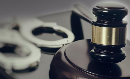법적 법률 컨셉 이미지 - 망치와 수갑 스톡 콘텐츠