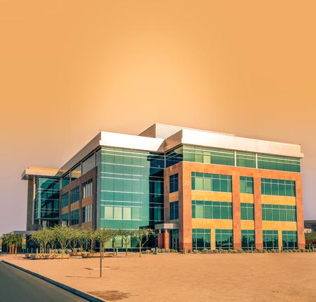 paesaggio industriale: Grande edificio per uffici moderni Editoriali
