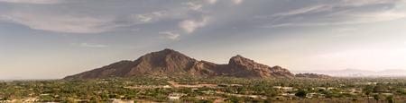 フェニックス、アリゾナ州、キャメル バック山や広い余分な詳細なバナー スタイルの風景画像