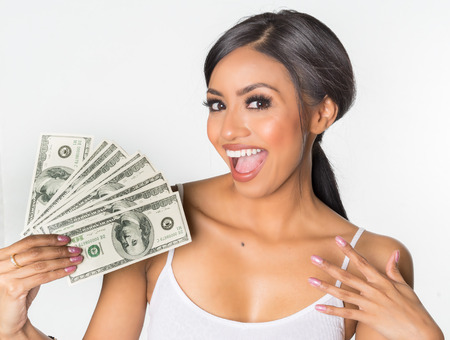 Mujer hermosa que sostiene dinero en efectivo